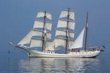 Dreimast-Bark Artemis bei Flaute auf der Ostsee