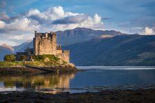 Eilean-Donan-Castle-im-Abendlicht-in-Dornie-Schottland