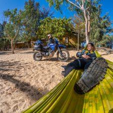 Hängematte und Motorrad in der Zebrabar