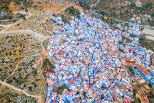 Luftbildaufnahme der Blauen Stadt Chefchauoen in Marokko