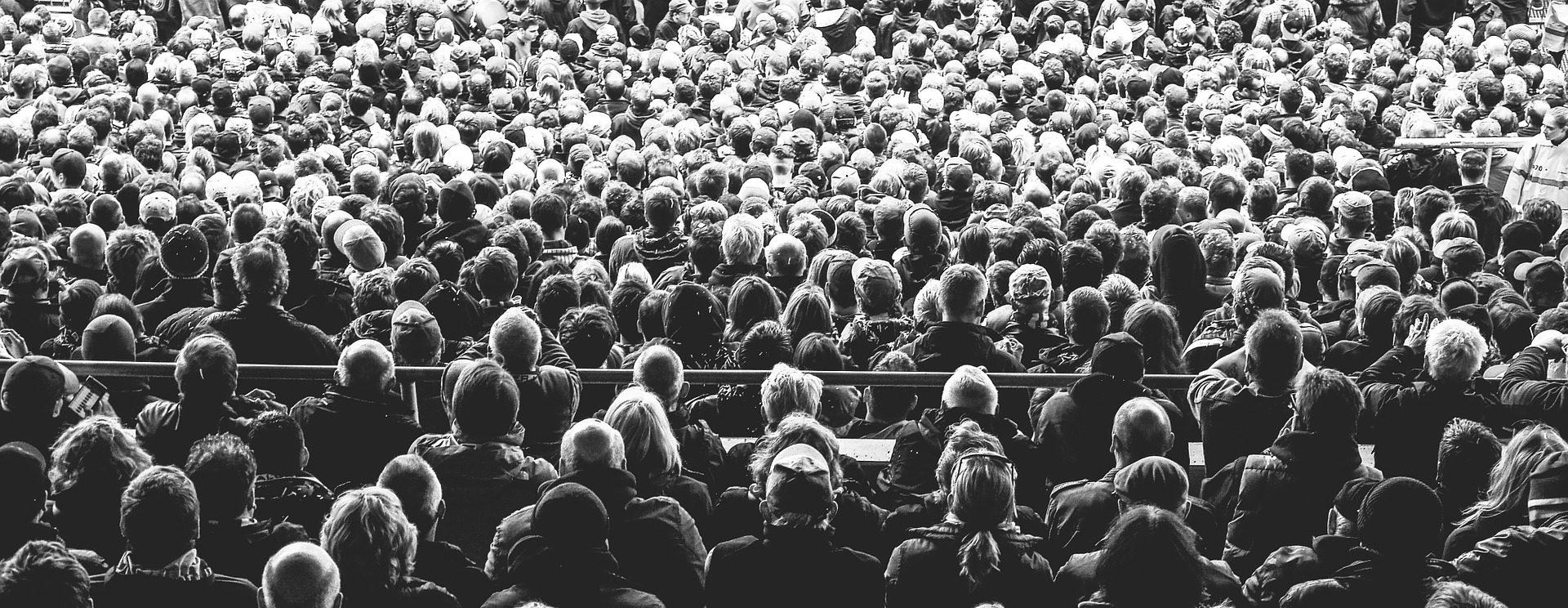 Publikum im Hörsaal Schwarz/Weiß