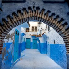 Torbogen zu Hinterhof in Chefchaouen, Marokko