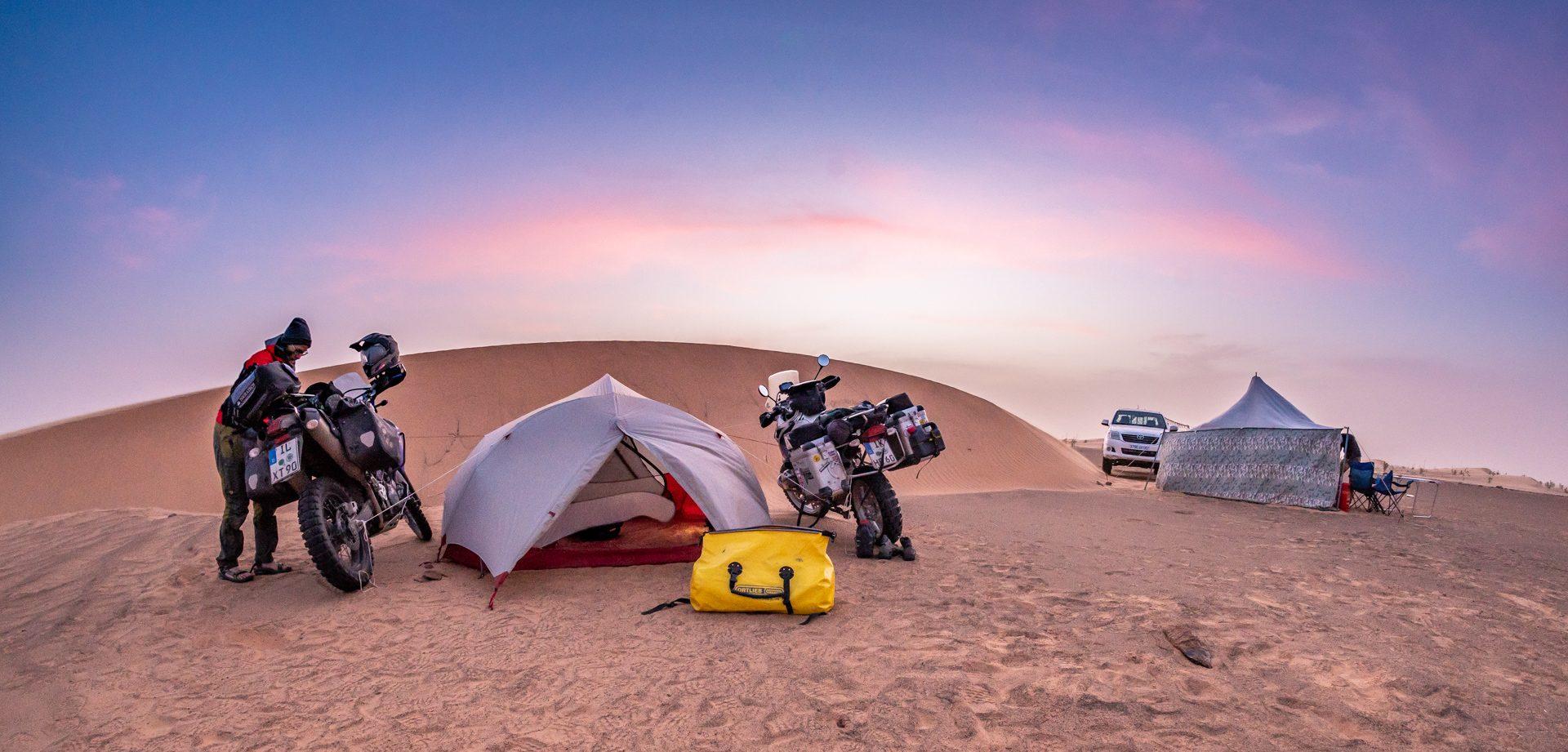 Zelt und Motorraeder in Sandduene in Akjoujt, Mauretanien